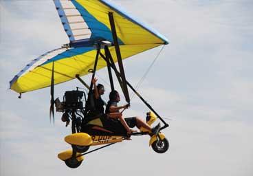 Trike Cosmos ala 19 toples volando cerca del lago de Teques