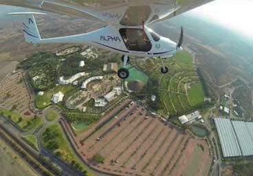 Avión Alpha Pipistrel en maniobra wingover, volando sobre el lago de Teques