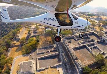 Trike DTA blanco y Alpha Trainer Pipistrel volando juntos sobre el lago de Teques