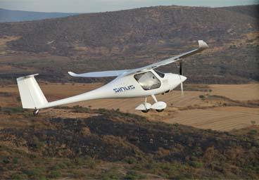 Avión Planeador Sinus, a más de 500 pies (feet) de altura sobre un lago