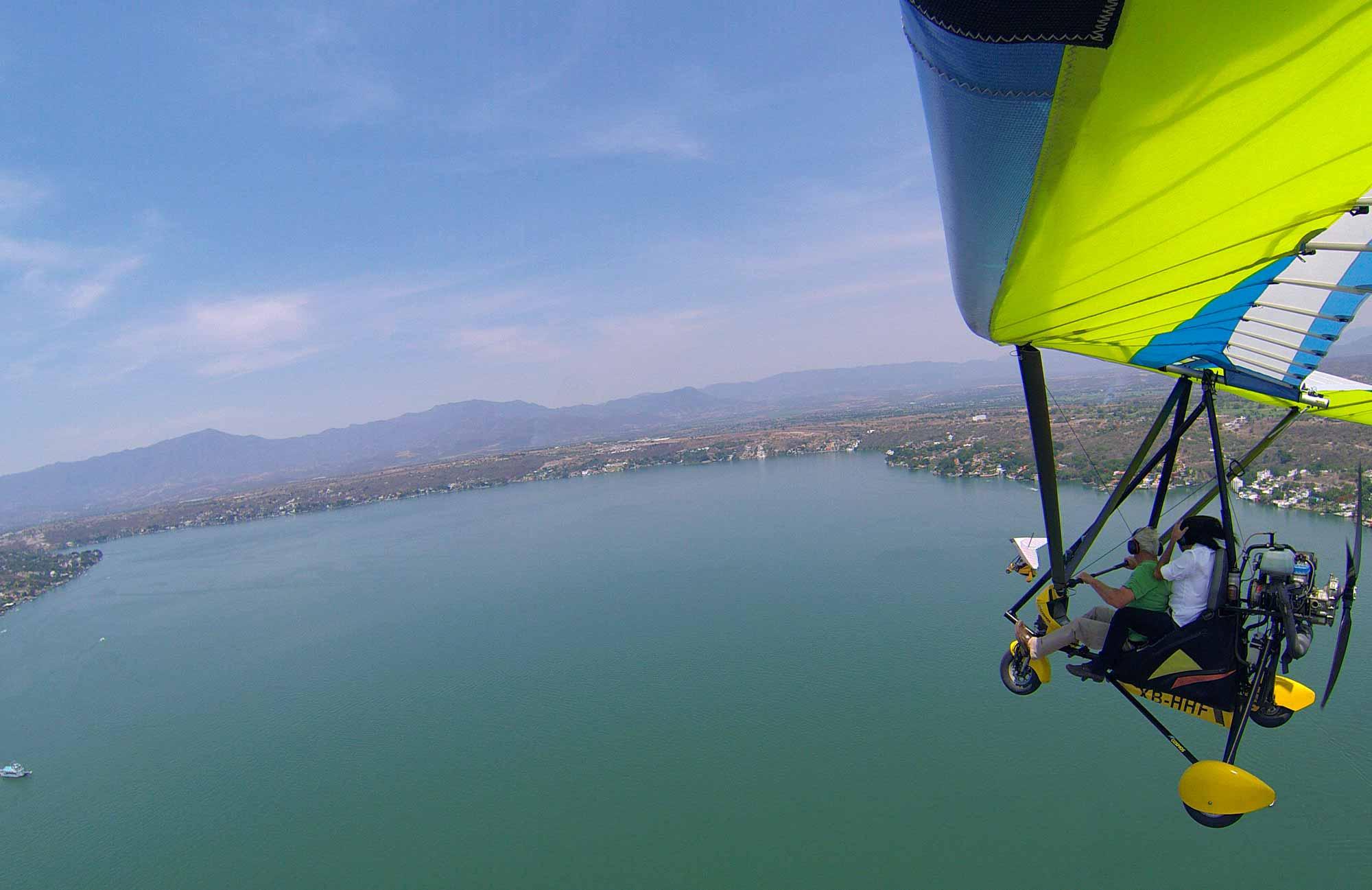 Personas viajando en ultraligero en el lago de Tequisquiapan